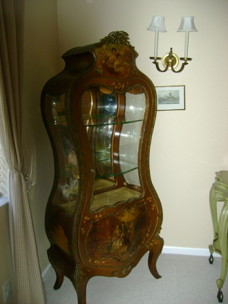 Curved glass cabinet